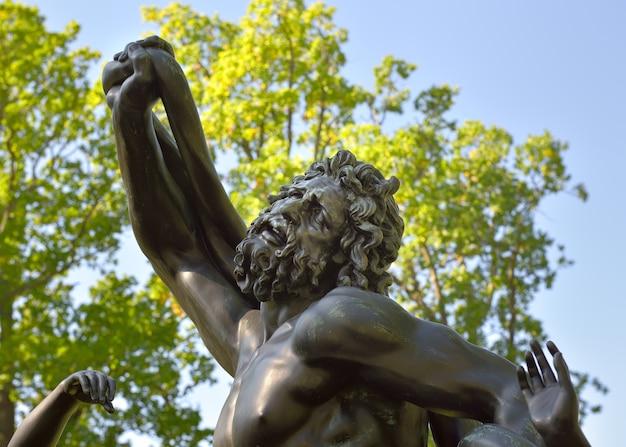 Łomonosow sankt petersburg rosja090520 ogród pałacu chińskiego fragment posągu