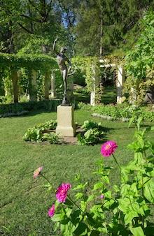 Łomonosow sankt petersburg rosja090520 ogród w chińskim pałacu posąg merkurego