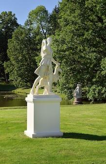 Łomonosow sankt petersburg rosja09052020 ogród pałacu chińskiego statua artemidy