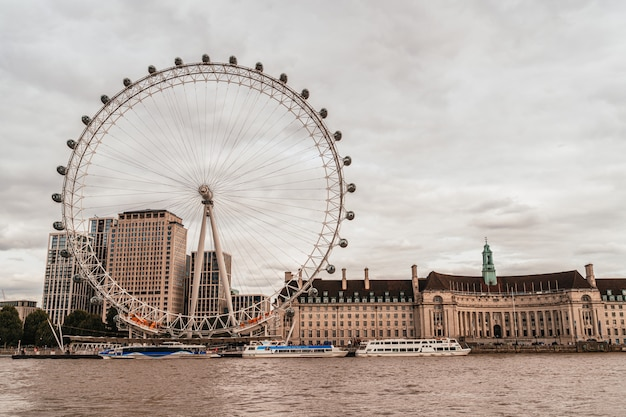 London eye z tamizą w londynie