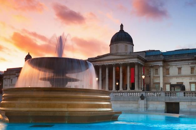 Londyn - 30 kwietnia: turyści odwiedzają trafalgar square 30 kwietnia 2013 r. w londynie. stolica wielkiej brytanii jest jedną z najpopularniejszych atrakcji turystycznych na ziemi, z ponad piętnastoma milionami odwiedzających rocznie