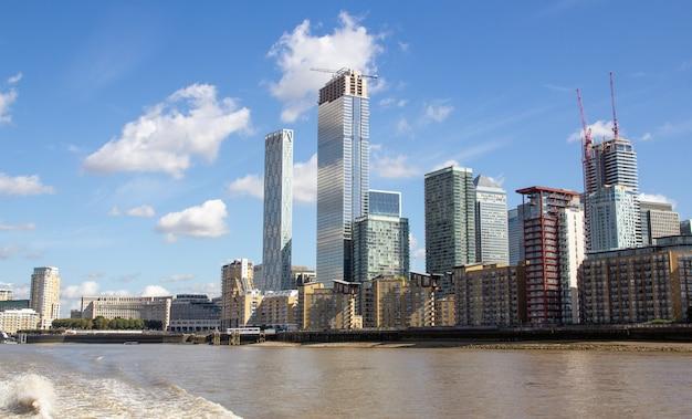 Londyn, stolica anglii i wielkiej brytanii, to miasto xxi wieku, którego historia sięga czasów rzymskich