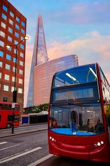 Londyn the shard buduje przy zmierzchem