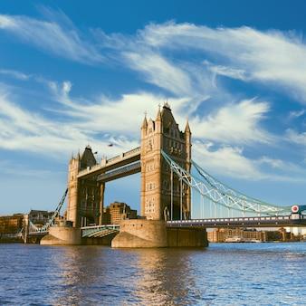 Londyn, tower bridge z chmurami z piór, panorama