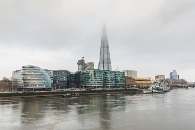 Londyn, widok na miasto z drapaczami chmur i mgłą