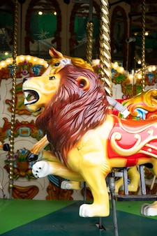 Londyn, wielka brytania, 22 lipca 2021: koń na karuzeli, zabawa, przejażdżka karuzelą w londyńskim zoo