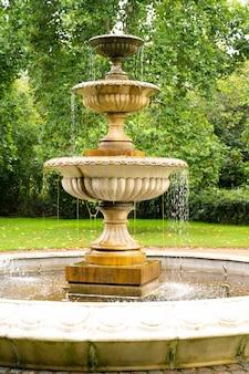 Londyn, wielka brytania 22 lipca 2021 - piękna fontanna w regent park, londyn, wielka brytania.