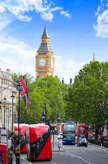 Londyński big ben z ruchu w trafalgar square