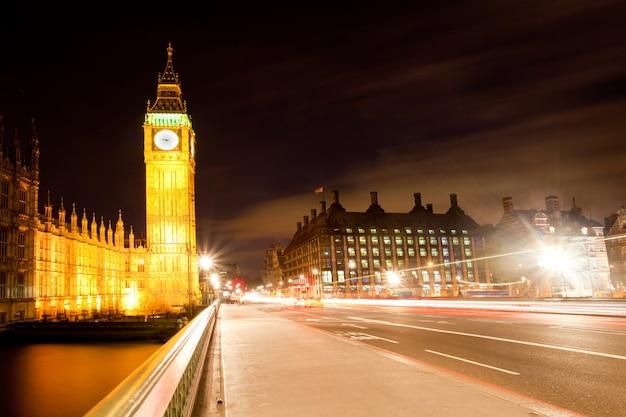 Londyński big ben z westminster bridge