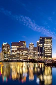 Londyński canary wharf zmierzch