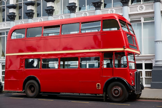 Londyński czerwony autobus tradycyjny stary