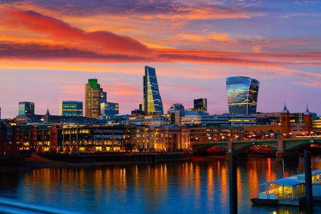 Londyński linia horyzontu zmierzch na thames rzece