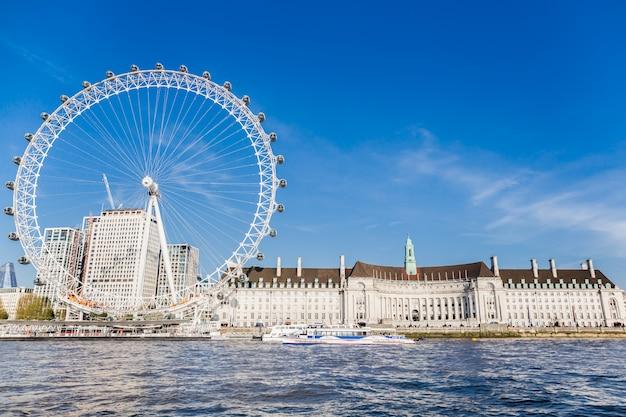 Londyński oko blisko okręgu administracyjnego w lato widoku od thame rzecznej łodzi rejsu.