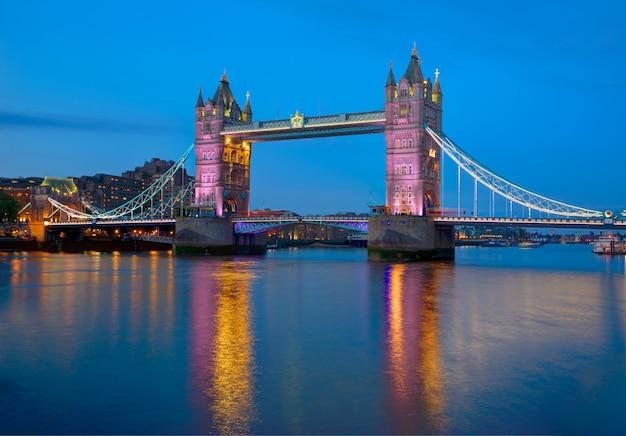 Londyński wierza mosta zmierzch na thames rzece