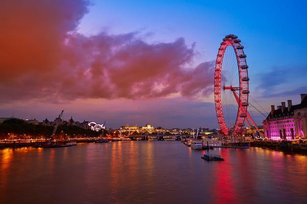 Londyński zmierzch przy thames rzeką blisko big ben