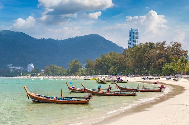Long tail boat na plaży patong na phuket w tajlandii