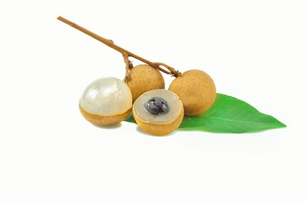 Longanie. świeży longan na białym tle