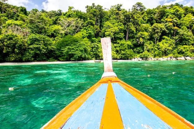 Longtail łódź i niebieskie niebo