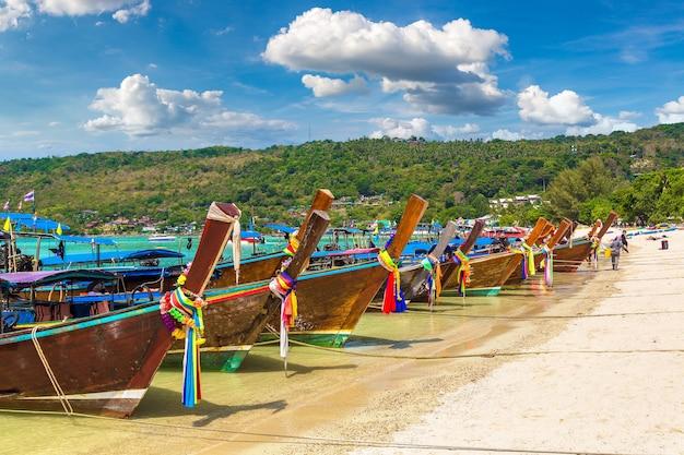 Longtail łódź na plaży log dalum na wyspie phi phi don w tajlandii