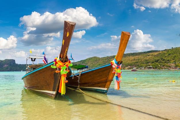 Longtail łodzi na plaży log dalum na wyspie phi phi don, tajlandia