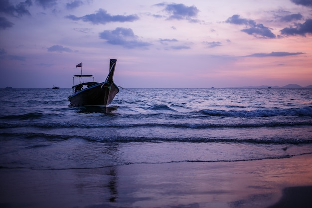 Longtail łodzi na wschód słońca morze andamańskie tajlandia