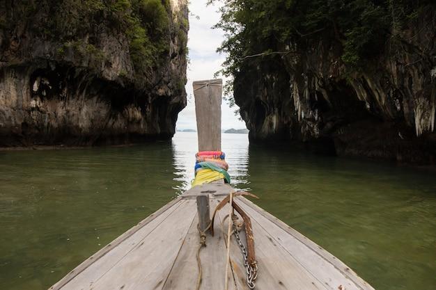 Longtail łodzi przechodzącej przez wyspę hong w krabi w tajlandii