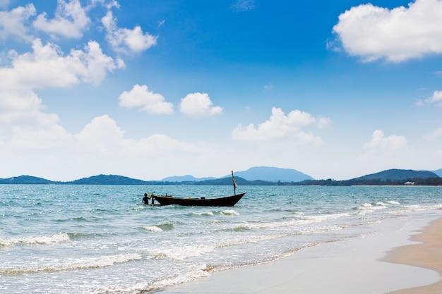 Longtail łodzi w morzu