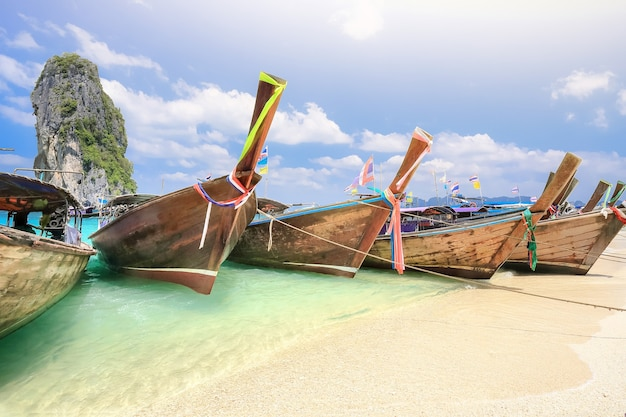 Longtail łodzie na wyspie poda w pobliżu ao nang, krabi tajlandia.