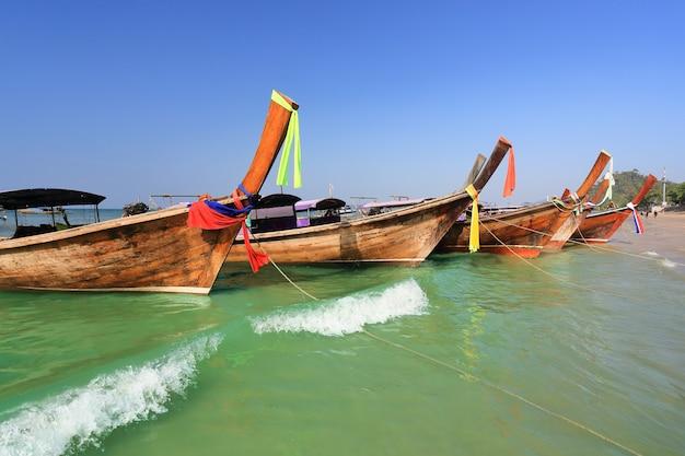 Longtail łodzie przy ao nang plażą, krabi, tajlandia