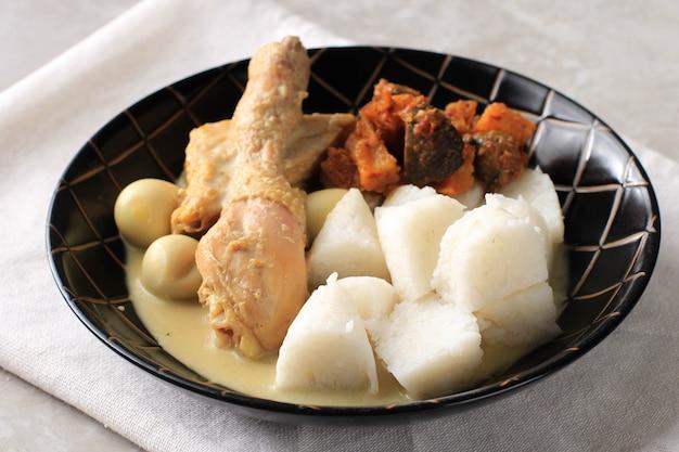 Lontong opor indonezyjskie białe curry z udkiem z kurczaka i jajkami przepiórczymi kurczak i jajko na twardo