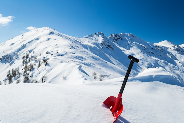 Łopata lawinowa na śniegu