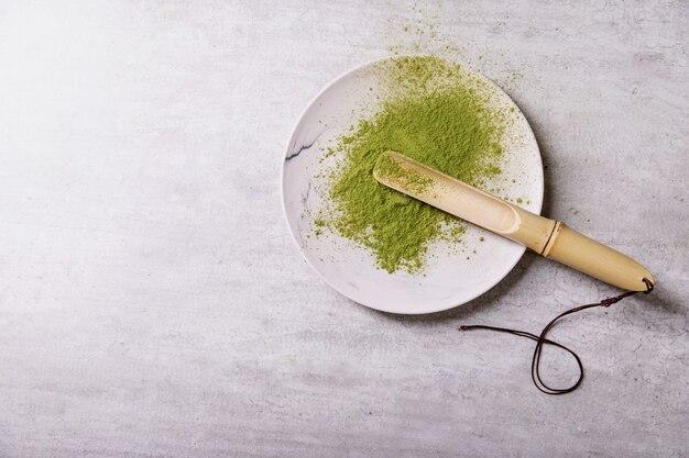 Łopatka bambusowej herbaty matcha na talerzu. widok z góry