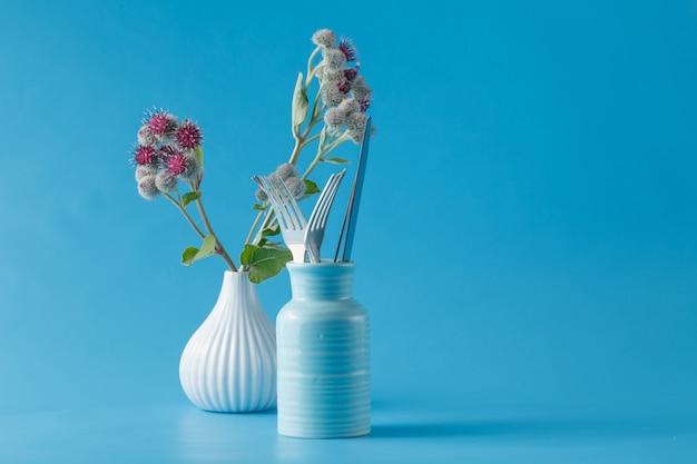 Łopian dziko kwitnąca roślina i widelce