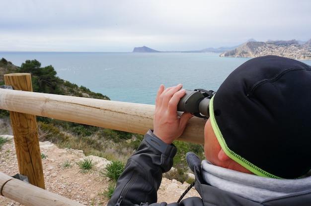 Lornetka Daleko Horyzontu Przyglądający Mężczyzna Morze Premium Zdjęcia