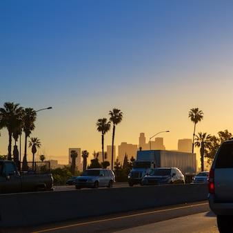 Los angeles los angeles zmierzchu linia horyzontu z ruchem drogowym kalifornia