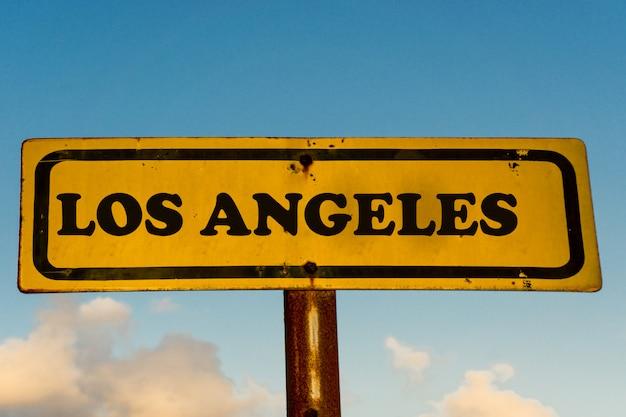 Los angeles miasta koloru żółtego stary znak z niebieskim niebem
