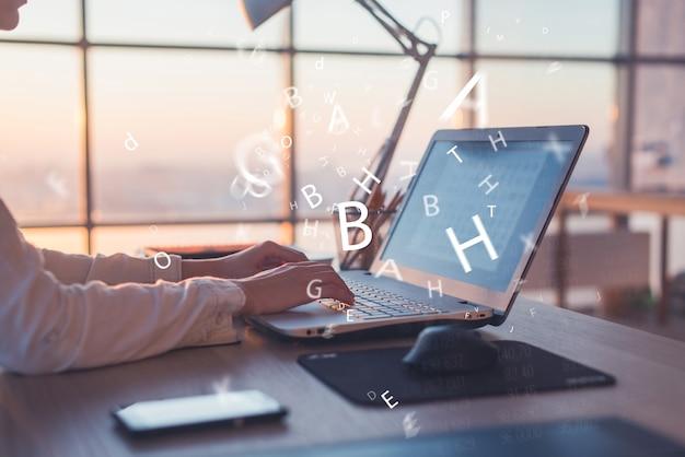 Los pracuje w domu przy użyciu komputera, studiuje pomysły biznesowe na ekranie komputera on-line.