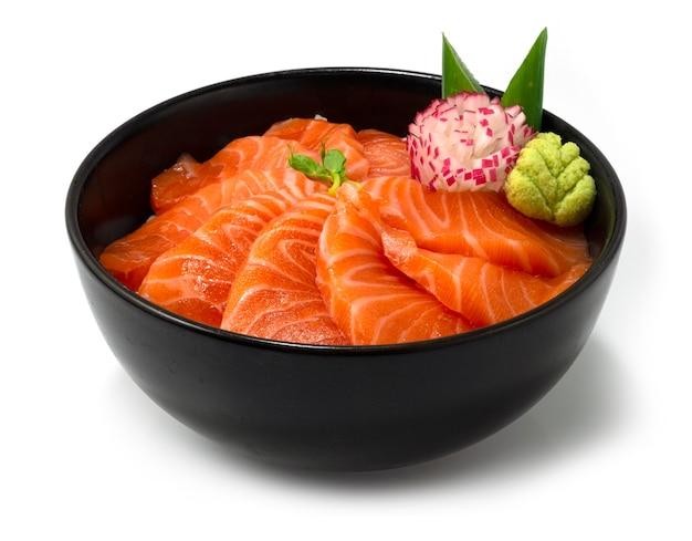 Łosoś donburi japoński styl żywności zdobi rzeźbione rzodkiewki z boku