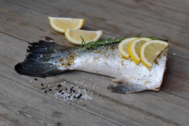 Łosoś fishtail marynowany w cytrynie i rozmarynie