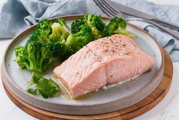 Łosoś i warzywa na parze, brokuły, paleo, keto, lshf lub dash.