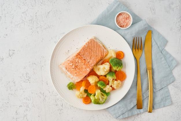 Łosoś i warzywa na parze, paleo, keto, fodmap, dieta dash. dieta śródziemnomorska