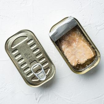 Łosoś konserwowy, zestaw konserw rybnych, w puszce, na białym tle, widok z góry płasko leżący, format kwadratowy