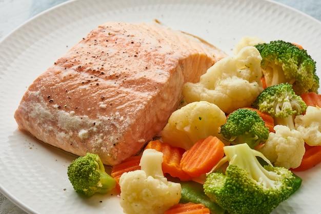 Łosoś na parze i warzywa. dieta śródziemnomorska