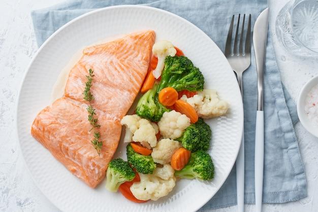 Łosoś na parze i warzywa, paleo, keto, fodmap, dieta dash. dania kuchni śródziemnomorskiej z rybami