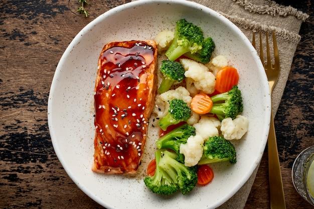 Łosoś na parze i warzywa, potrawy śródziemnomorskie z rybami na parze.