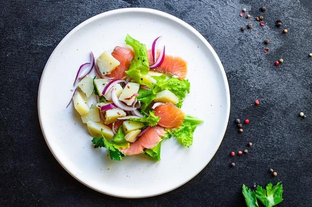 Łosoś ryby owoce morza sałata warzywa sałata ziemniak keto lub dieta paleo pescetarian