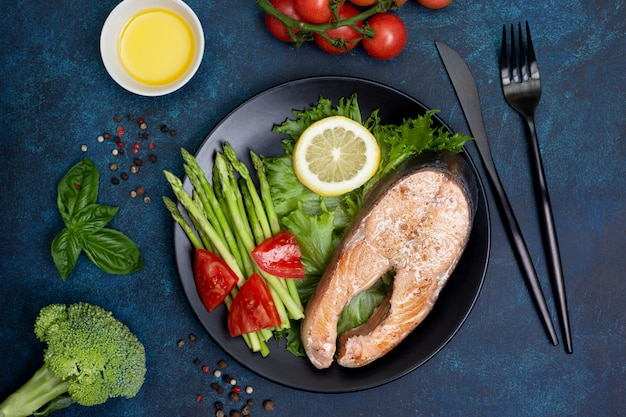 Łosoś smażony z łososia i świeże warzywa