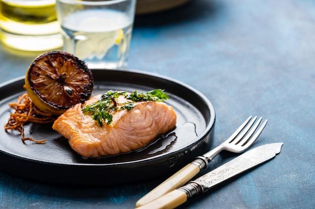 Łosoś sole meuniere z cytryną. filet z czerwonej ryby. pstrąg smażony z masłem, cytryną i sosem pietruszki