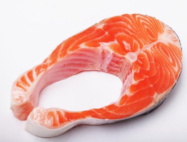 Łosoś. świeży surowy stek z czerwonej ryby z łososia. ścieśniać