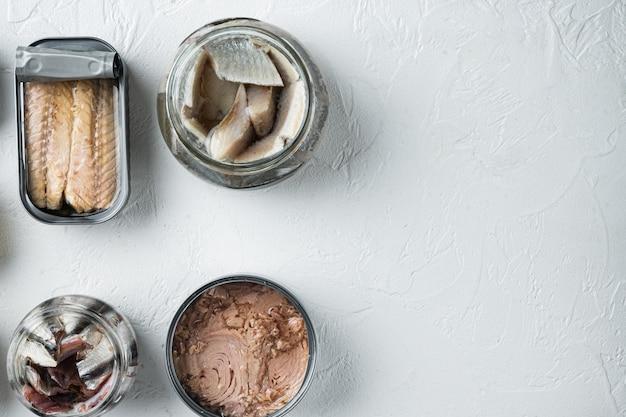 Łosoś, tuńczyk, pstrąg makrela i sardela konserwy rybne w puszkach, na białym tle